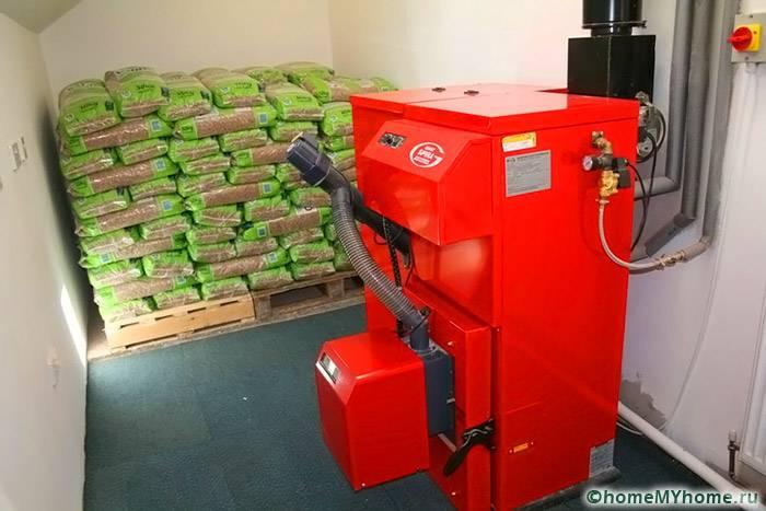 Котел и запасы топлива желательно оборудовать в отдельном хозяйственном помещении