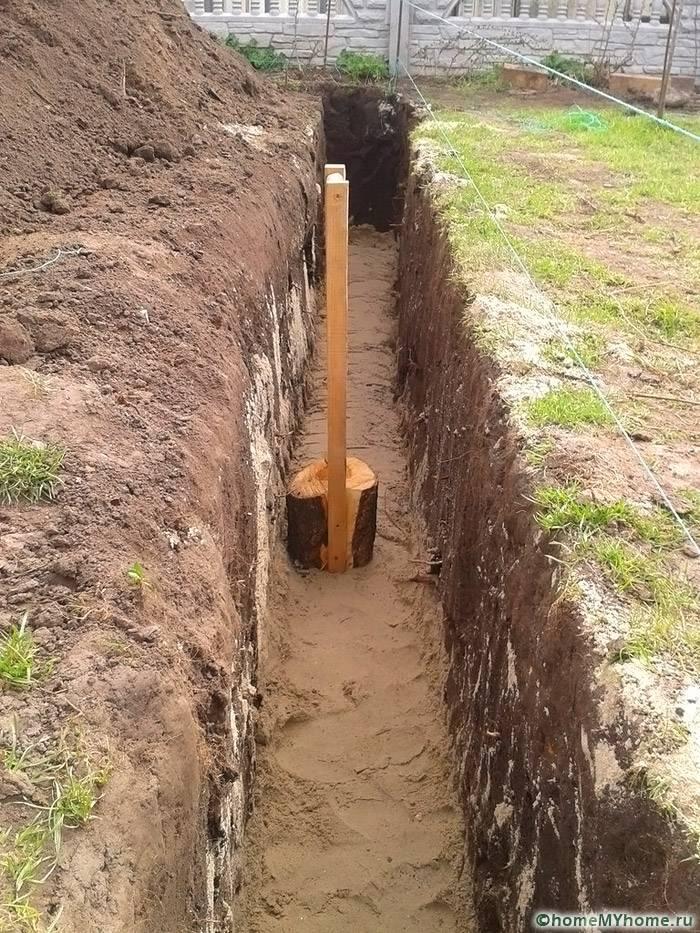 Трамбовка песчаного слоя ручным приспособлением