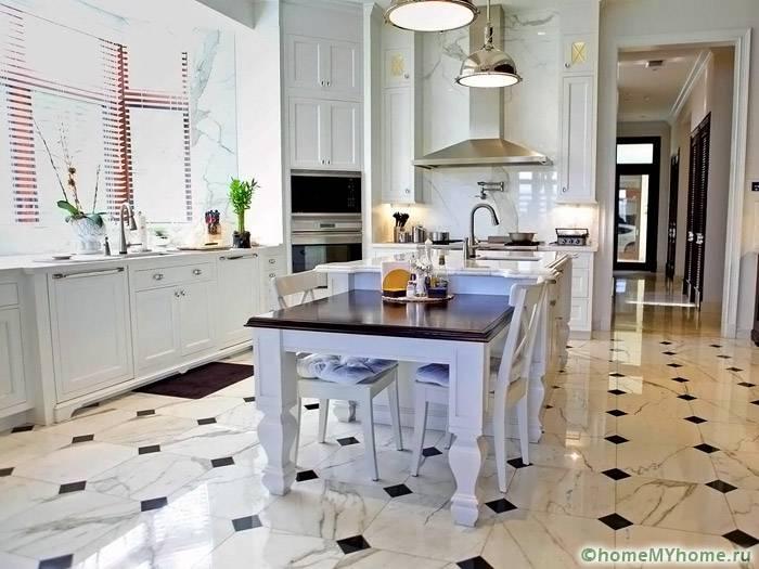 Блестящие поверхности позволяют зрительно увеличить площадь помещения
