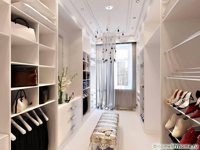 Зеркала и окна в интерьере делают помещение более светлым
