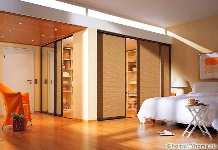 Светлые оттенки выбираются для перегородок и стен помещения