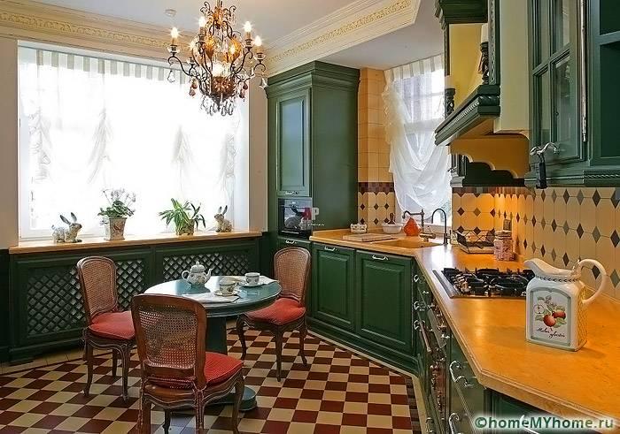Классическая кухня может оформляться с применением контрастной цветовой палитры, что все равно не выглядит ярко