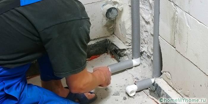 В стену монтируются особо прочные полипропиленовые трубы