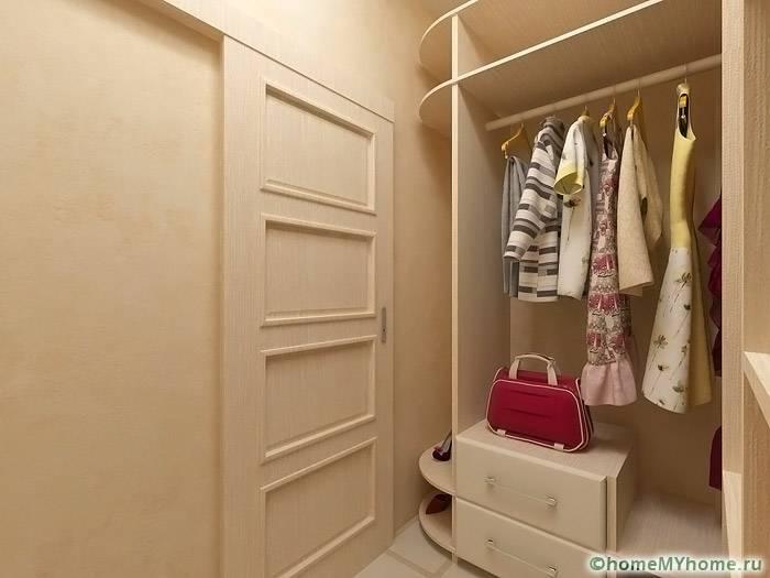 В маленькой комнате можно с комфортом разместить удобные полки и стеллажи