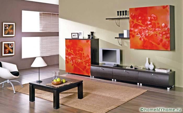 Яркие фасады украшают простой гарнитур