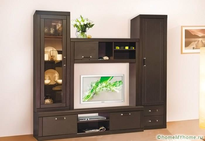 Даже маленькая стенка станет не только украшением комнаты, но и функциональным предметом