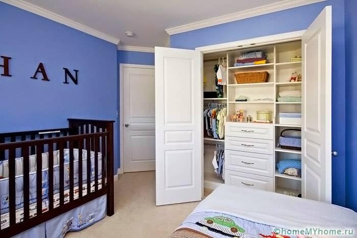 Немного места займет размещение детской гардеробной