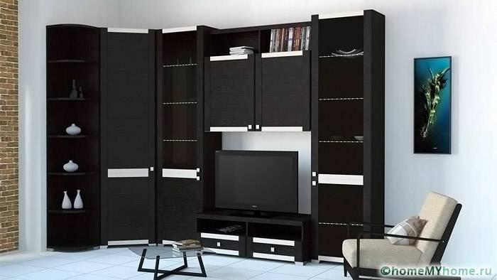 В угловой конструкции можно разместить вместительный шкаф