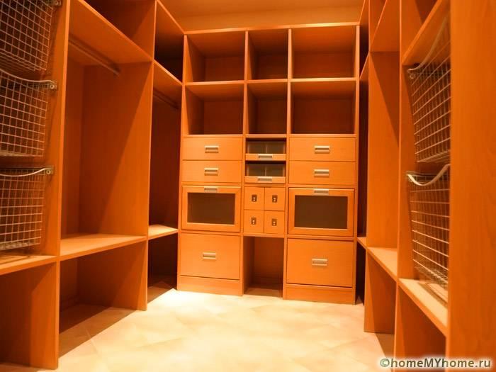 В кладовке отсутствует естественное освещение, поэтому нужно продумать размещение комфортных осветительных приборов