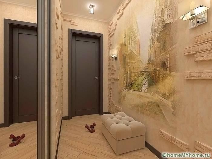 Уютные бежевые и кофейные тона прекрасно подходят для декорирования коридора. Стильным дополнением служат фрески и панно