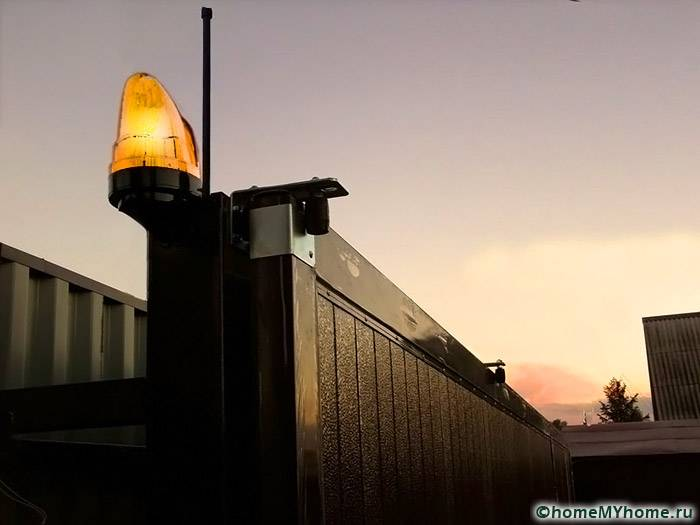 Сигнальная лампа, встроенная в конструкцию въездной группы