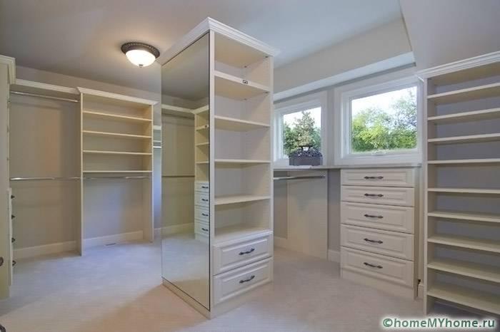 В своем доме комнату для одежды можно расположить в подвальном помещении