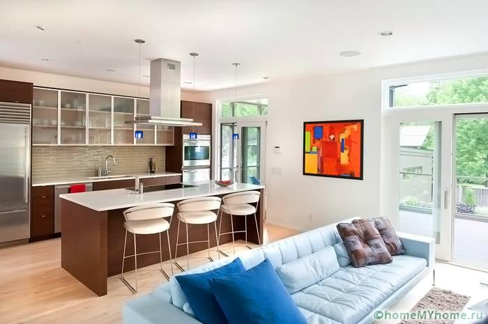 Кухонный гарнитур отличается по цвету от остального интерьера, что позволяет выделить зону кухни