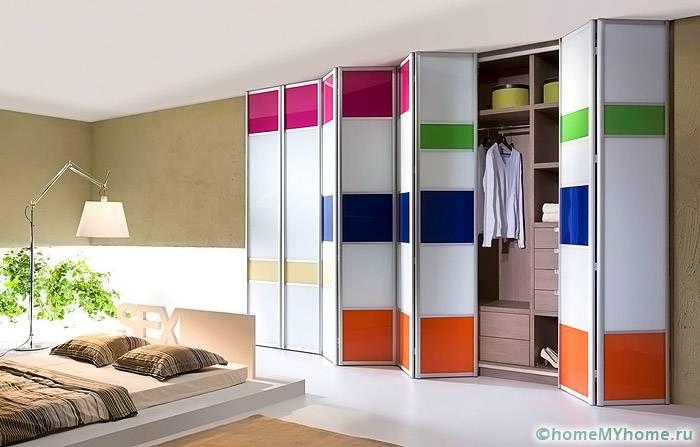 Складные двери-гармошка выгодно смотрятся в минималистическом интерьере