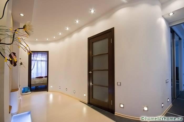 Пол и потолок могут выполняться в похожих расцветках, в качестве акцента используются встроенные светильники