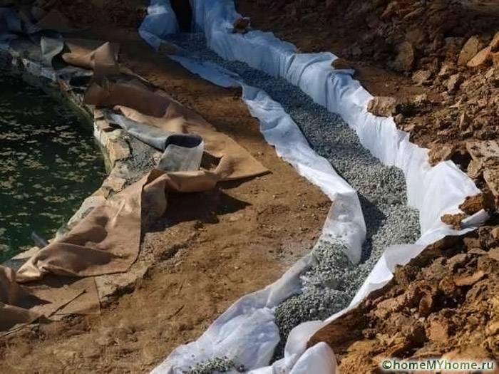 Геотекстиль должен находиться под всеми трубопроводами системы