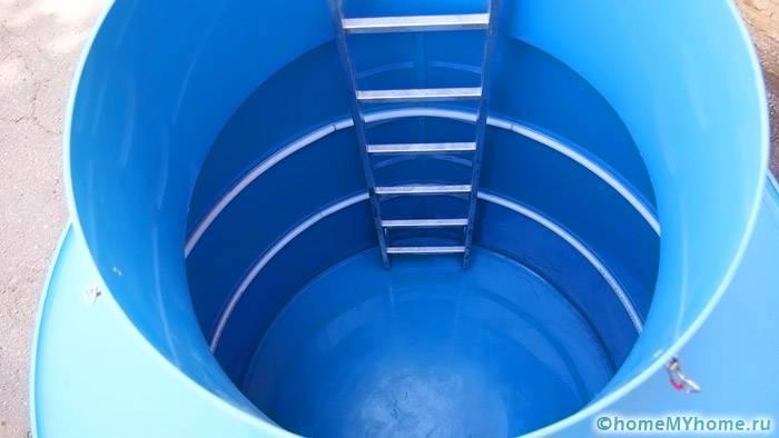 Для спуска и подъема используется специальная лестница