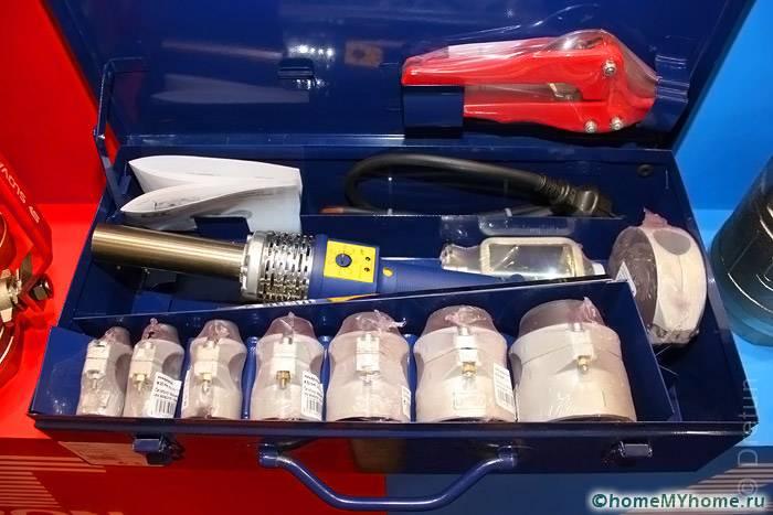 Для соединения полимерных труб понадобится паяльник с набором насадок
