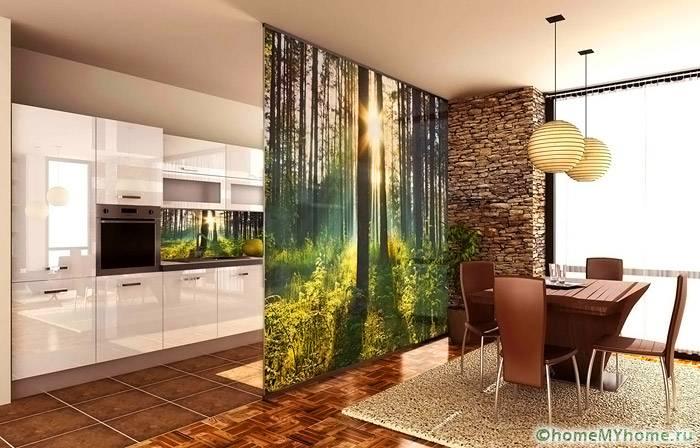 Стену между кухней и столовой украшают фотообои