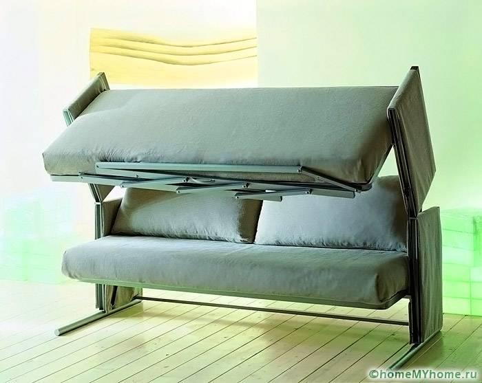 Простой диван трансформируется в два спальных места