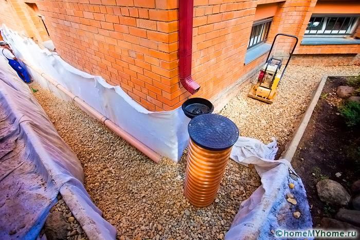 В качестве дождеприемника можно использовать пластиковую трубу