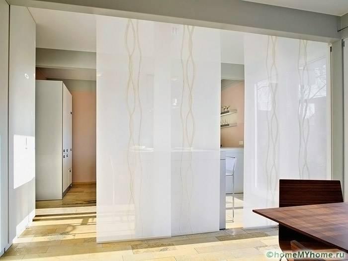 Столовую и кухню разделяют легкие ширмы в японском стиле