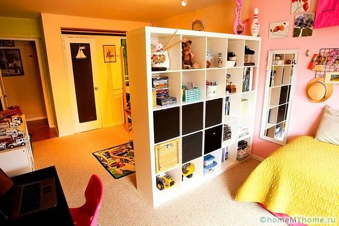 Вместительные шкафы могут использоваться вместо перегородки в детской комнате