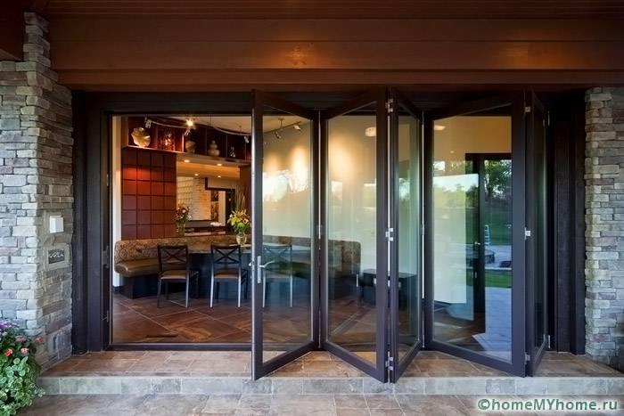 Особенно прочные модели используются в качестве входной двери на открытую веранду