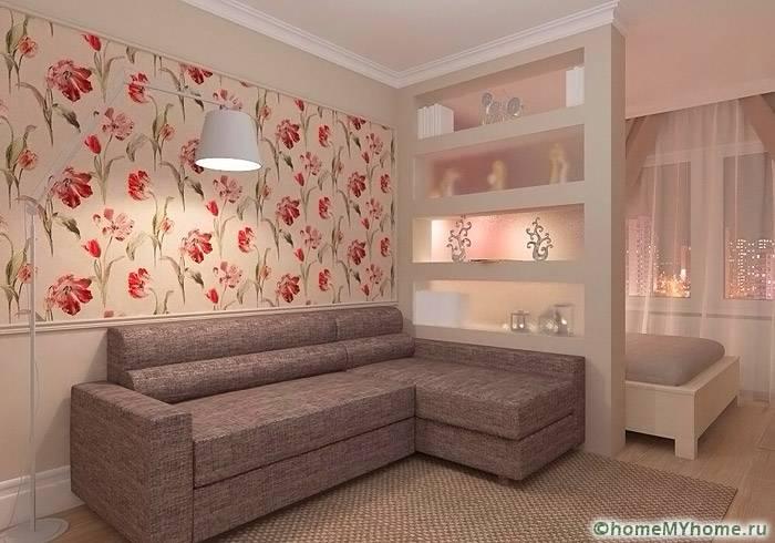 Кровать и зону отдыха разделяет полупрозрачная стена, гармонично сочетающая с цветовой палитрой интерьера