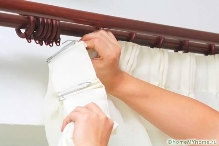 Навешивание штор выполняется после установки