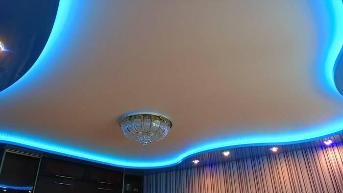 Такой потолок создан с применением нескольких технологий