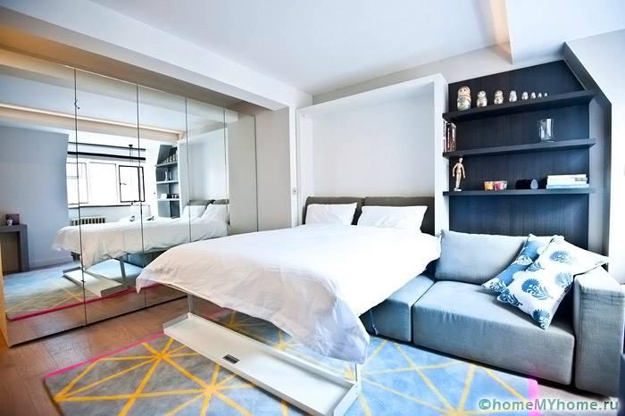 Традиционный вариант раскладного дивана отличается простотой, но при этом помогает сэкономить площадь