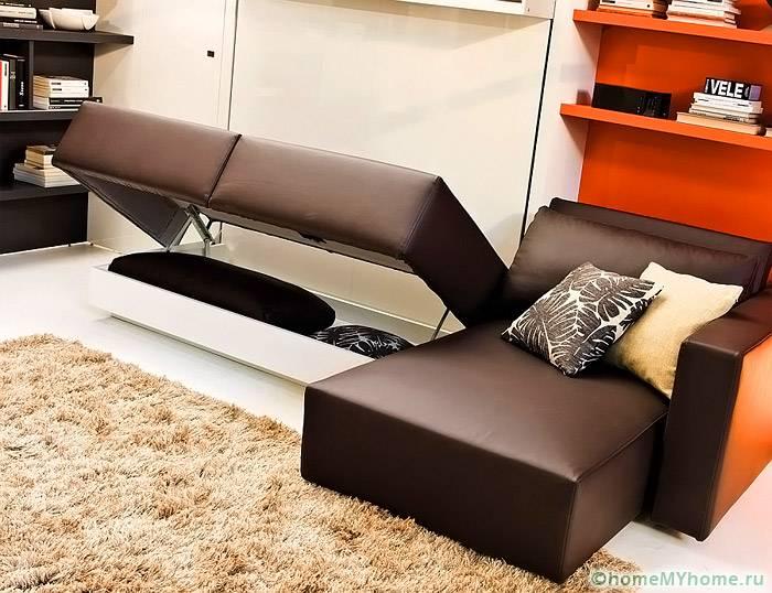 Под конструкцией раскладного дивана размещаются вместительные полки