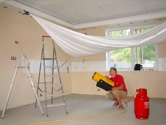Для установки натяжного потолка желательно пользоваться услугами опытных специалистов