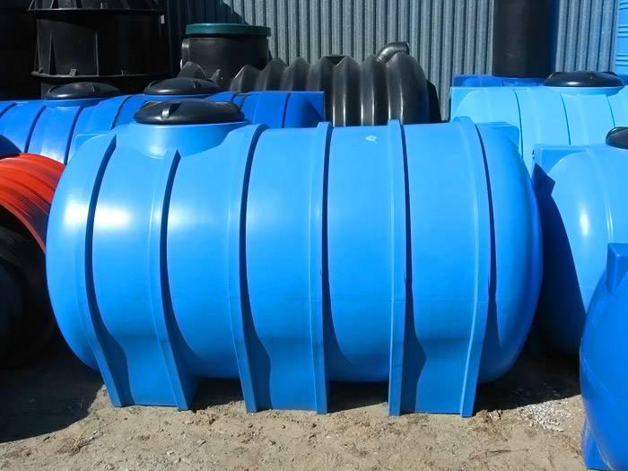 Довольно вместительный пластиковый септик для канализационной системы