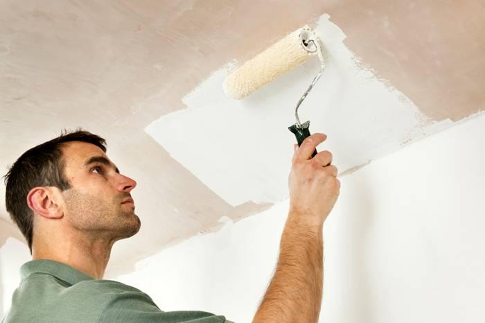Для окраски потолка можно использовать специальный валик