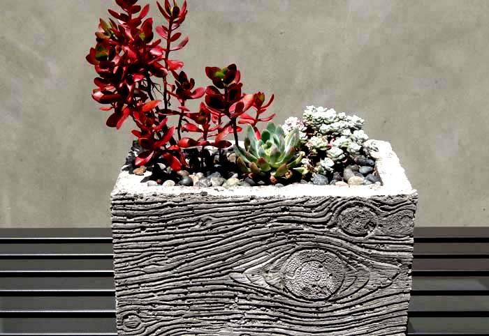 С помощью ножа можно сделать имитацию древесного узора на бетоне
