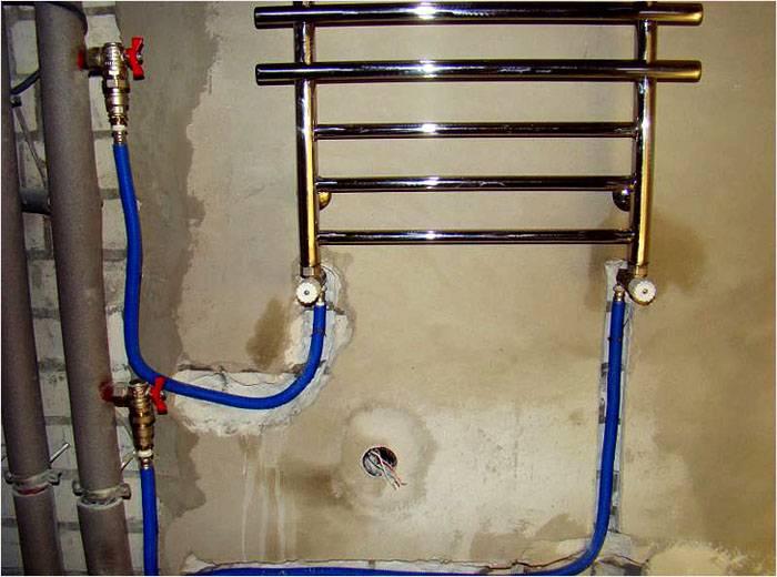 Монтаж крана во время установки полотенцесушителя