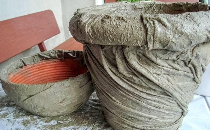Необычную поверхность на горшке можно сформировать при помощи ткани, смоченной в цементном растворе