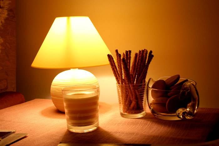 Регулировка освещения настольной лампы поможет создать разные световые сценарии за столом