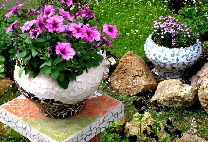 Для мозаики можно использовать осколки керамической плитки