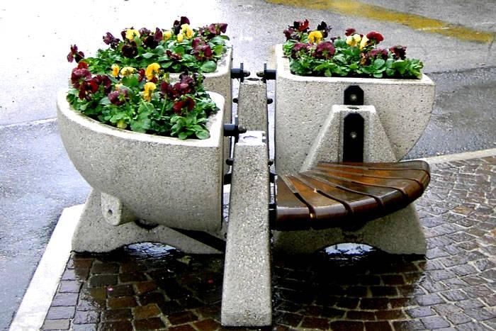 Сочетание бетонных ёмкостей и скамьи – отличная идея для сада