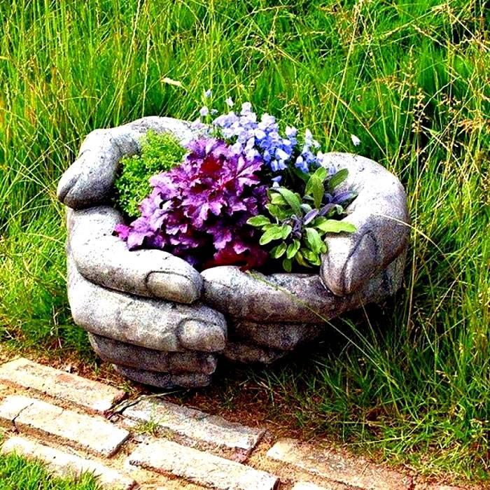 Бетонные горшки для цветника, изготовленные с любовью и фантазией могут подарить саду особую атмосферу