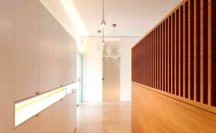 Здесь внимание привлекают оригинальные светильники. Отделка в минималистическом стиле смягчена приятными рисунками срезов натурального дерева