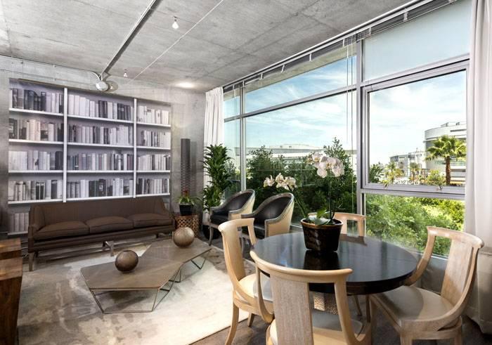 Органично смотрится отделка бетоном потолка и одной из стен