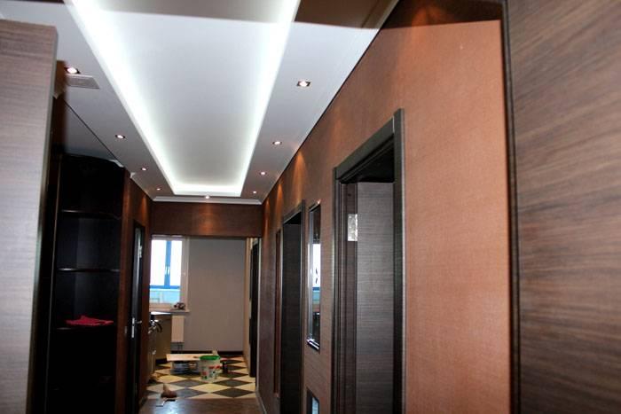 Контурное освещение в прихожей: фотография демонстрирует, как обычный многоуровневый потолок превращают в «парящую» конструкцию