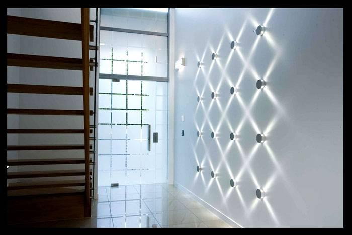 Декоративное освещение коридора квартиры: фото поясняет важность подготовки. Места монтажа этих приборов надо определить без ошибок. При включении они создают оригинальный световой рисунок на стене