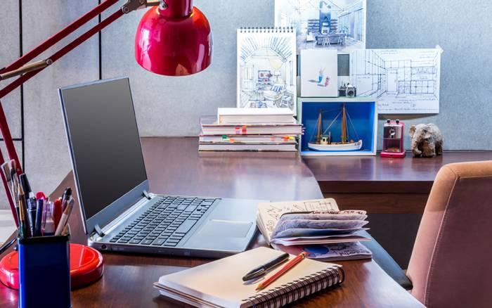 Освещение не должно мешать работе за столом и комфортному чтению
