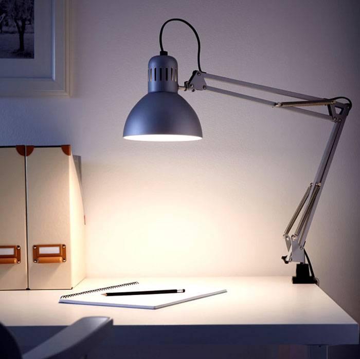 Светильник на длинной подвижной ноге позволяет регулировать освещение