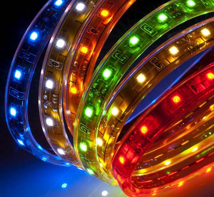 Лента с закрепленными на ней разноцветными источниками используется для общей и локальной подсветки
